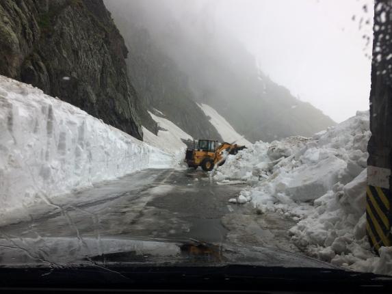 Drumarii deszăpezesc Transfăgărăşanul pentru a fi redeschis