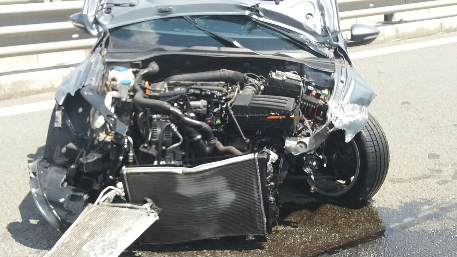 O maşină care circula cu 236 km/h a intrat în parapeţi pe A3. Şoferul, care a apucat să încetinească, spus că i-a sunat telefonul - FOTO