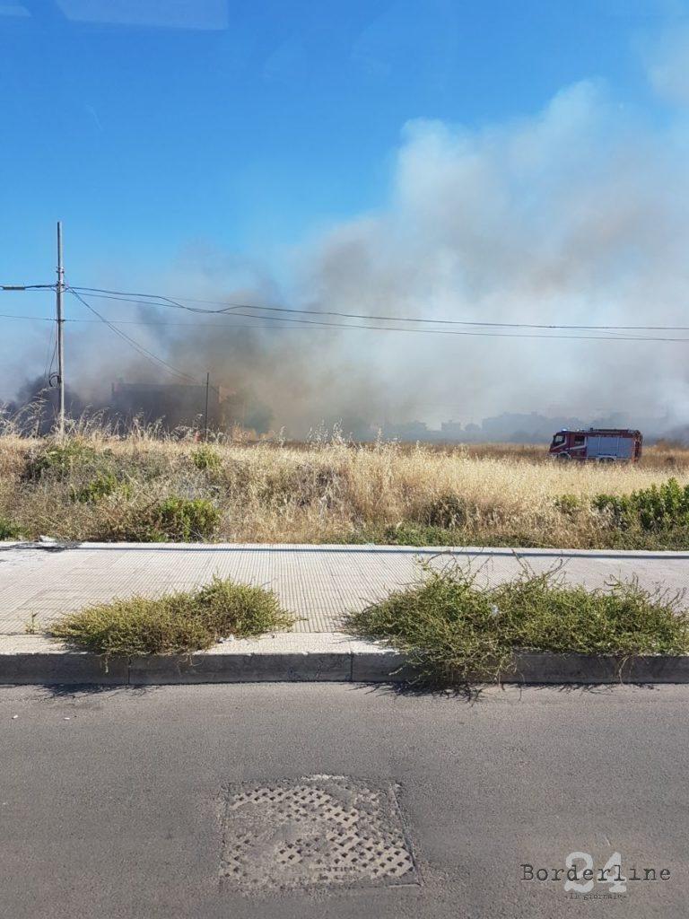 FOTO Zeci de români, evacuaţi dintr-o clădire, din cauza unui incendiu de vegetaţie, în sudul Italiei
