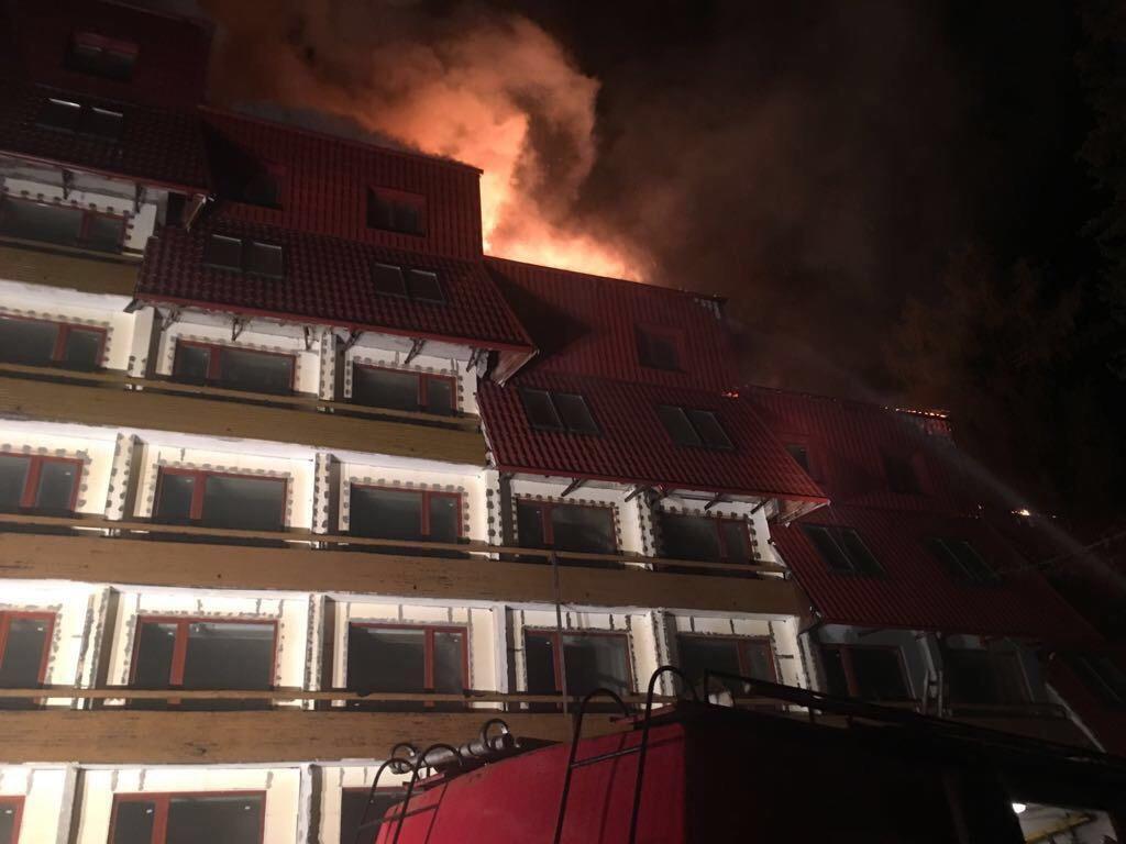 Incendiu la un hotel în renovare din Poiana Braşov; flăcările au cuprins 200 mp din acoperiş