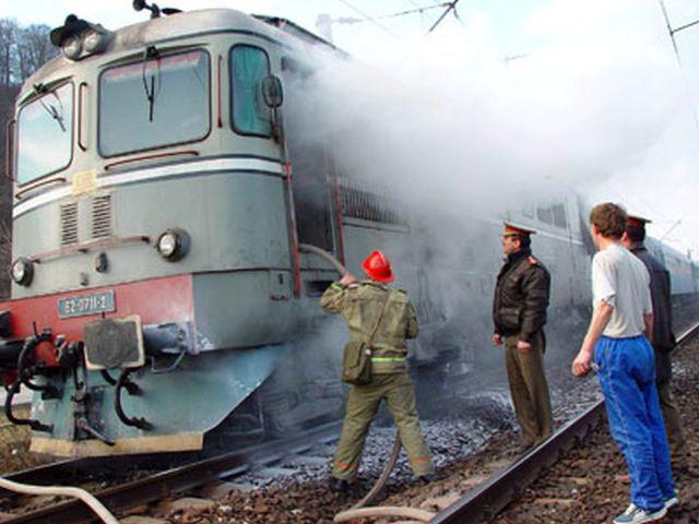 Treizeci de călători, evacuaţi din trenul Satu Mare – Oradea, după ce locomotiva a luat foc