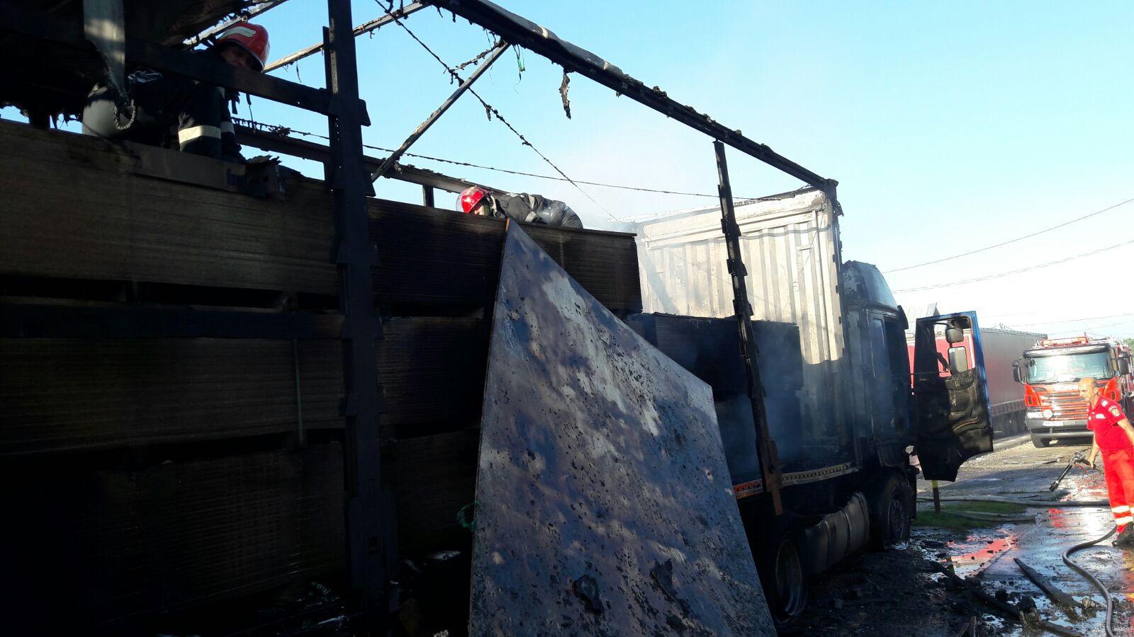 Trafic blocat pe DN 7, la Valea Ursului, după ce un TIR încărcat cu rigips a luat foc în mers