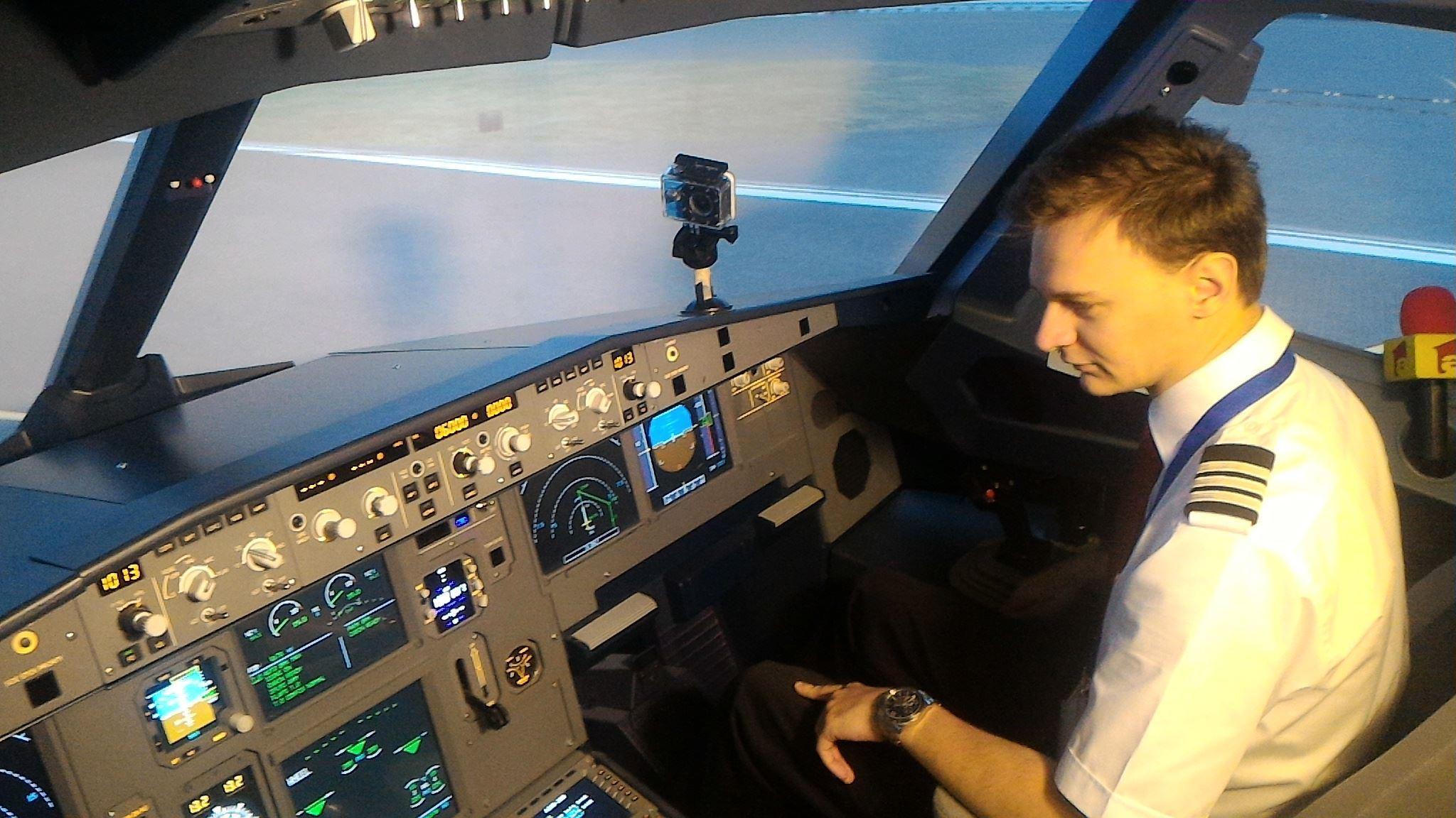 GALERIE FOTO Situaţiile de urgenţă, testate de piloţi pe primul simulator de Airbus A320 din România, inaugurat, vineri, la Cluj-Napoca
