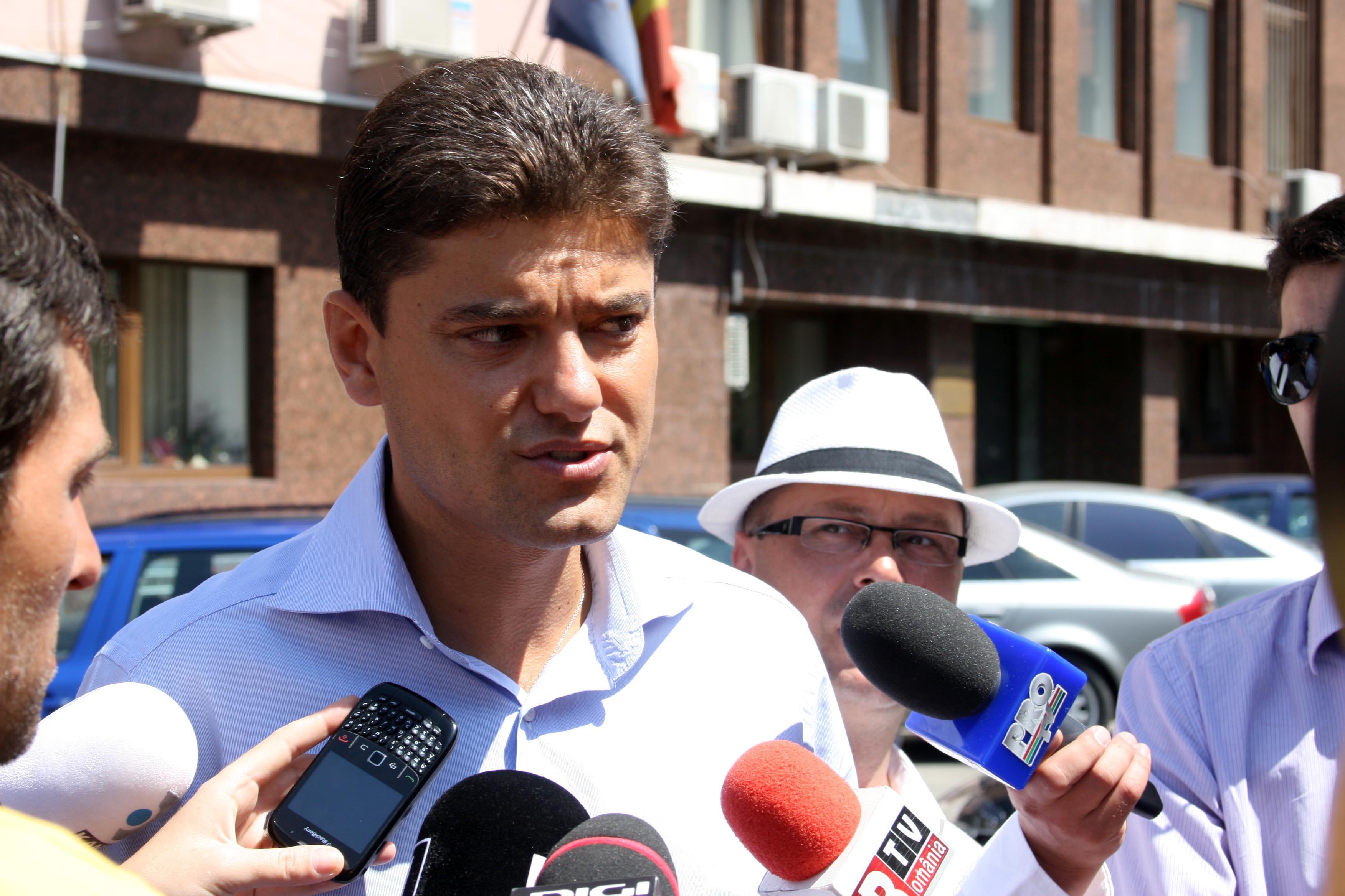 IMAGINILE ZILEI Cristian Boureanu a fost filmat după scandal, în secţia de poliţie: Făcea exerciţii de yoga şi cânta Katyusha
