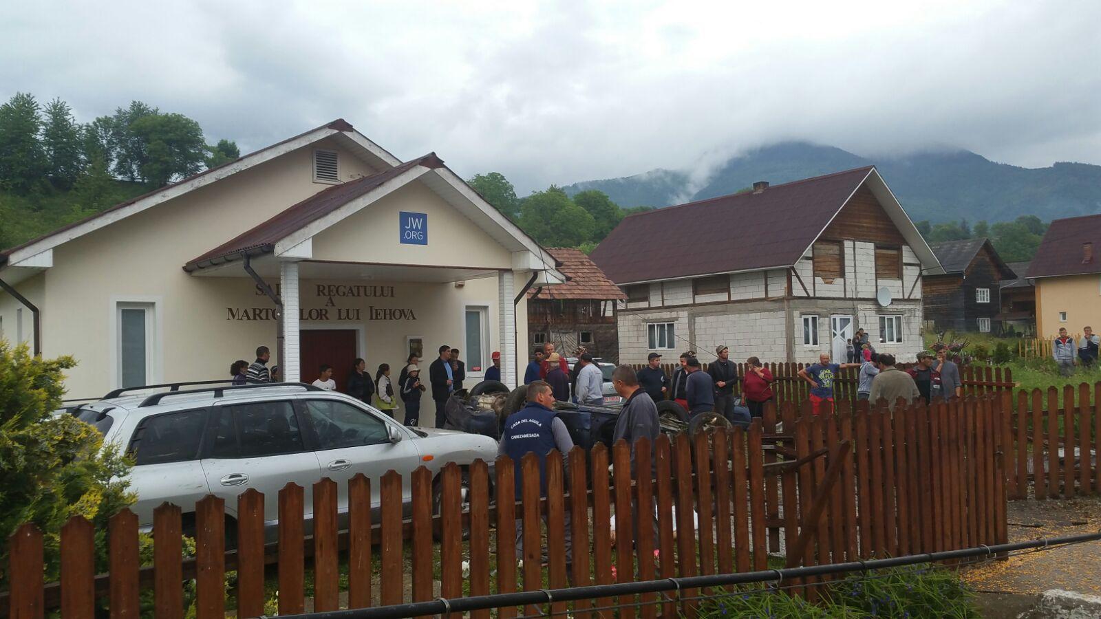 Doi tineri au murit după ce maşina lor s-a răsturnat în curtea unei case de rugăciune