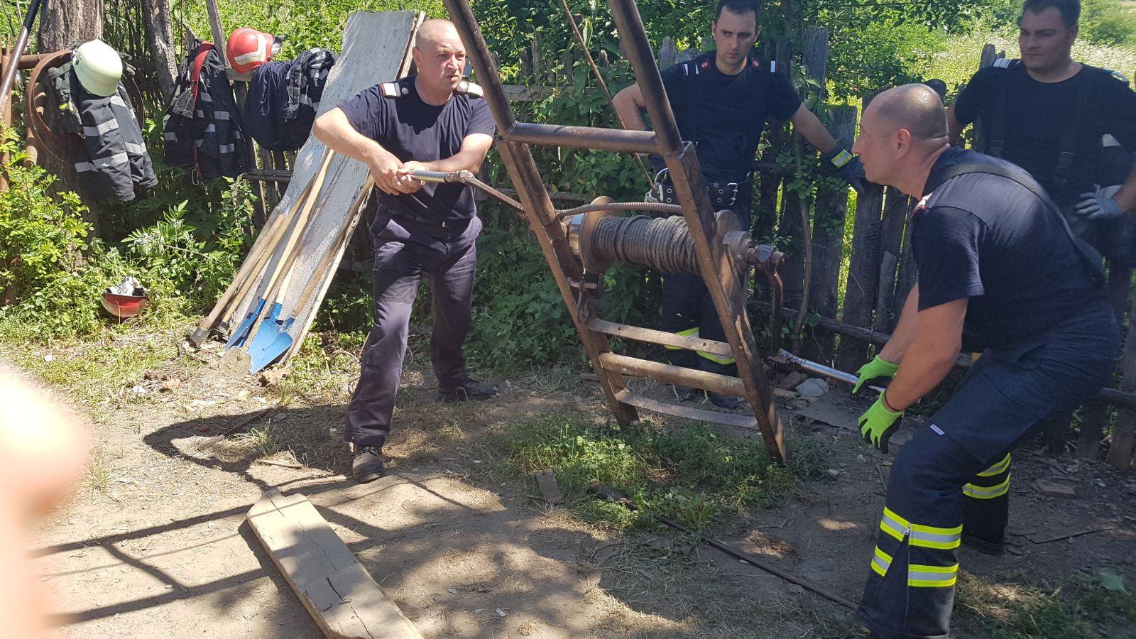 FOTO, VIDEO Intervenţie dificilă pentru salvarea unui bărbat prins sub un mal de pământ, la 12 metri adâncime