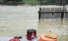 Imaginea articolului FOTO, VIDEO | INUNDAŢII în Alba: Furtuna a făcut ravagii în Apuseni. Zeci de gospodării lovite de viituri şi mai multe drumuri blocate sau distruse