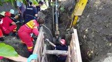 Imaginea articolului Intervenţie dificilă pentru salvarea unui bărbat prins sub un mal de pământ la 3 metri adâncime