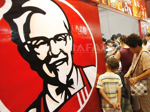 VIDEO Scandalul piticului NUD. Primarul din Târgovişte ameninţă KFC cu…