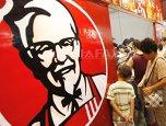 VIDEO Scandalul piticului NUD. Primarul din Târgovişte ameninţă KFC cu procese după un clip filmat în Turnul Chindiei