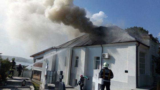 Imaginea articolului FOTO | INCENDIU în cimitirul din Cernica: Pompierii acţionează cu patru autospeciale pentru stingere şi alte două motopompe