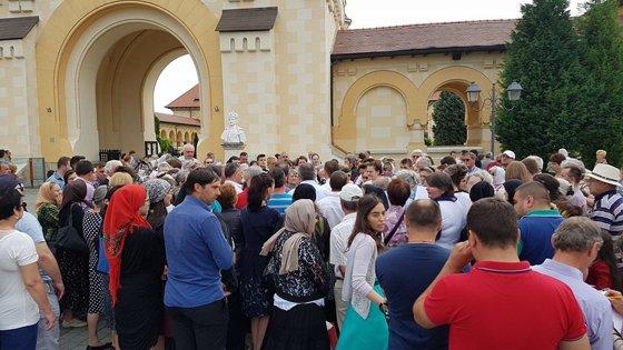 Imaginea articolului FOTO Peste 300 de enoriaşi l-au aplaudat pe preotul Cristian Pomohaci, care va fi audiat la Arhiepiscopia Ortodoxă din Alba Iulia, în ancheta privind coruperea sexuală a unui minor
