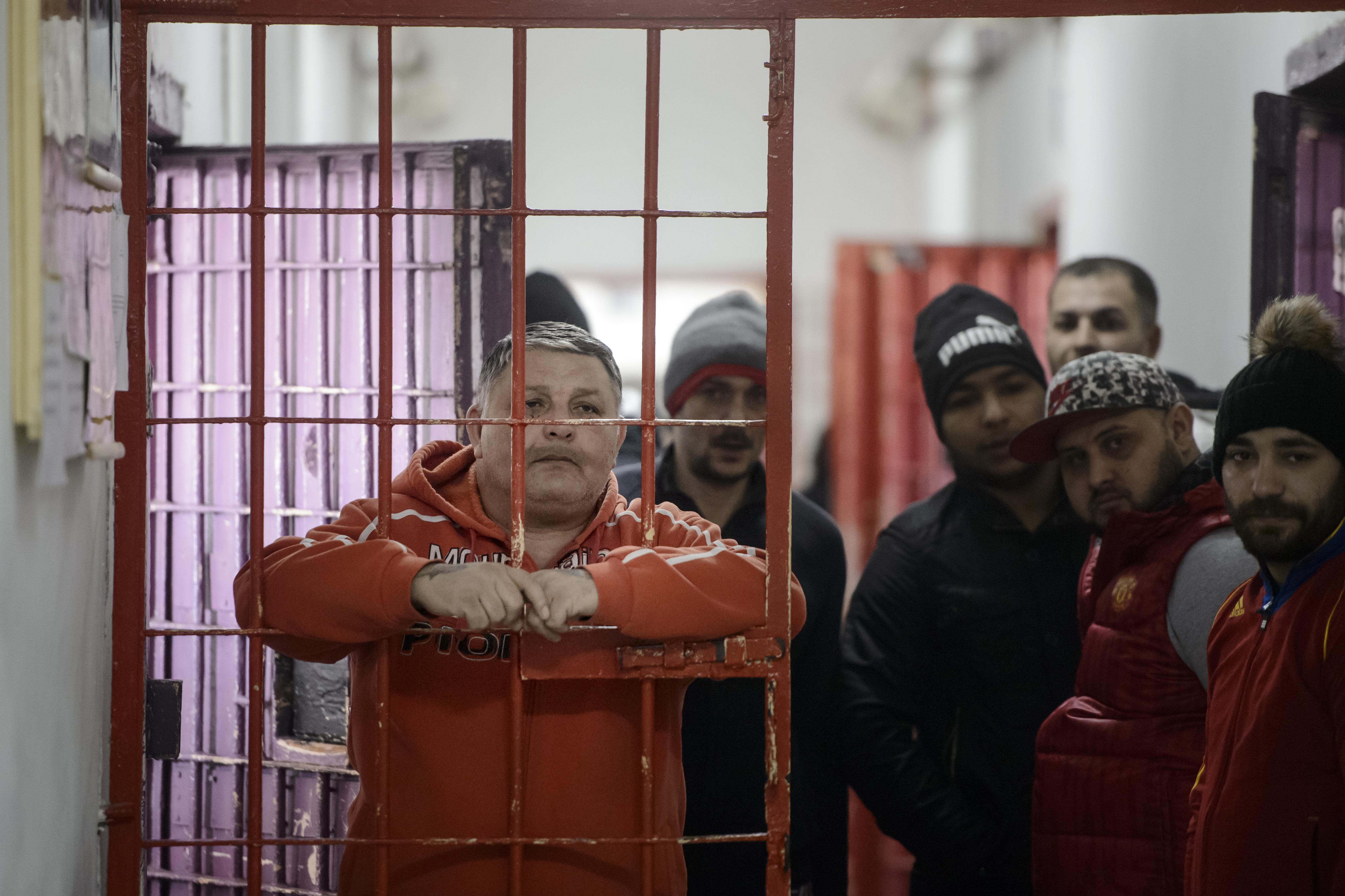 Deţinuţii care trăiesc în condiţii inumane primesc reducerea pedepsei cu 6 zile/lună. CCR: Legea executării pedepselor, constituţională