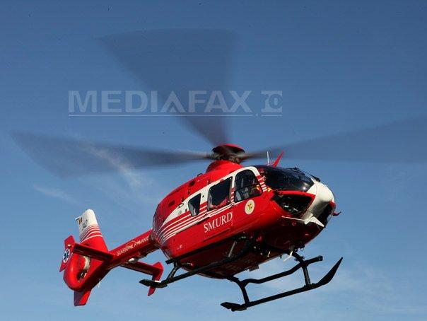 Un copil, rănit grav după ce a căzut de pe un tractor lovit de microbuz. Elicopterul SMURD, solicitat