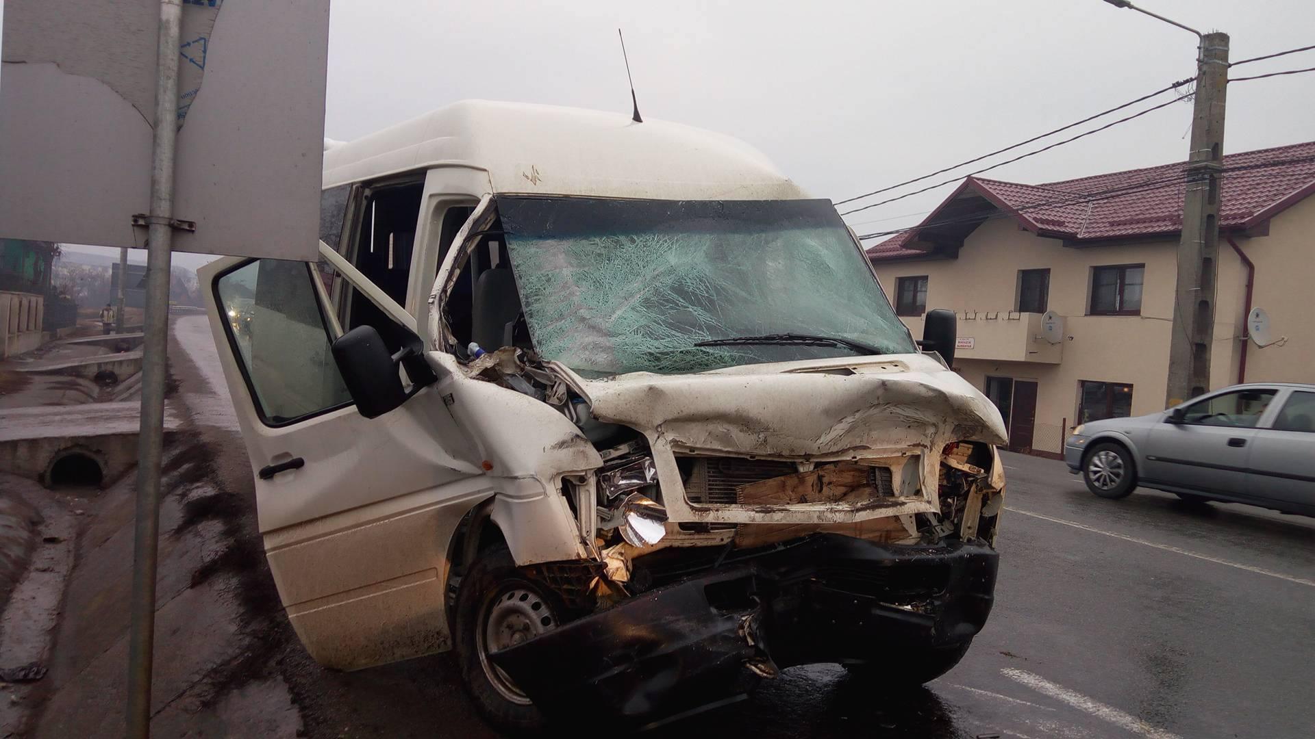 Alba: Şase persoane la spital după o coliziune între un autoturism şi un microbuz plin cu muncitori