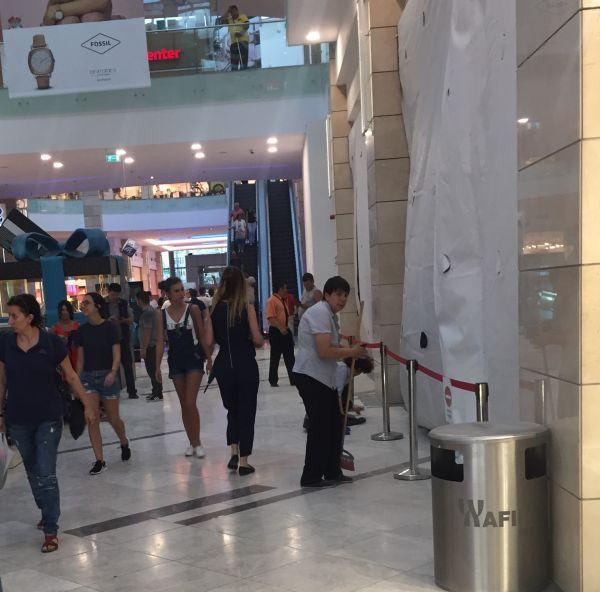 FOTO, VIDEO | Incident într-un mall din Capitală: Un placaj s-a prăbuşit într-o zonă intens circulată. Nu sunt victime/ Ce declară conducerea AFI Cotroceni
