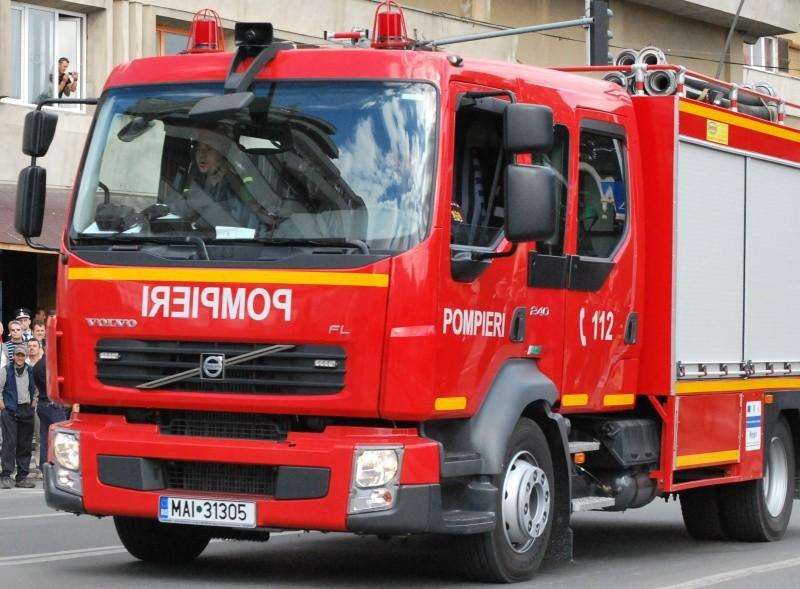 Un autobuz a fost distrus de flăcări în Mureş, 20 de pasageri fiind evacuaţi la timp