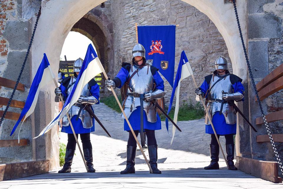 FOTO | Turiştii care vizitează Cetatea Devei se pot fotografia alături de Garda Cetăţii