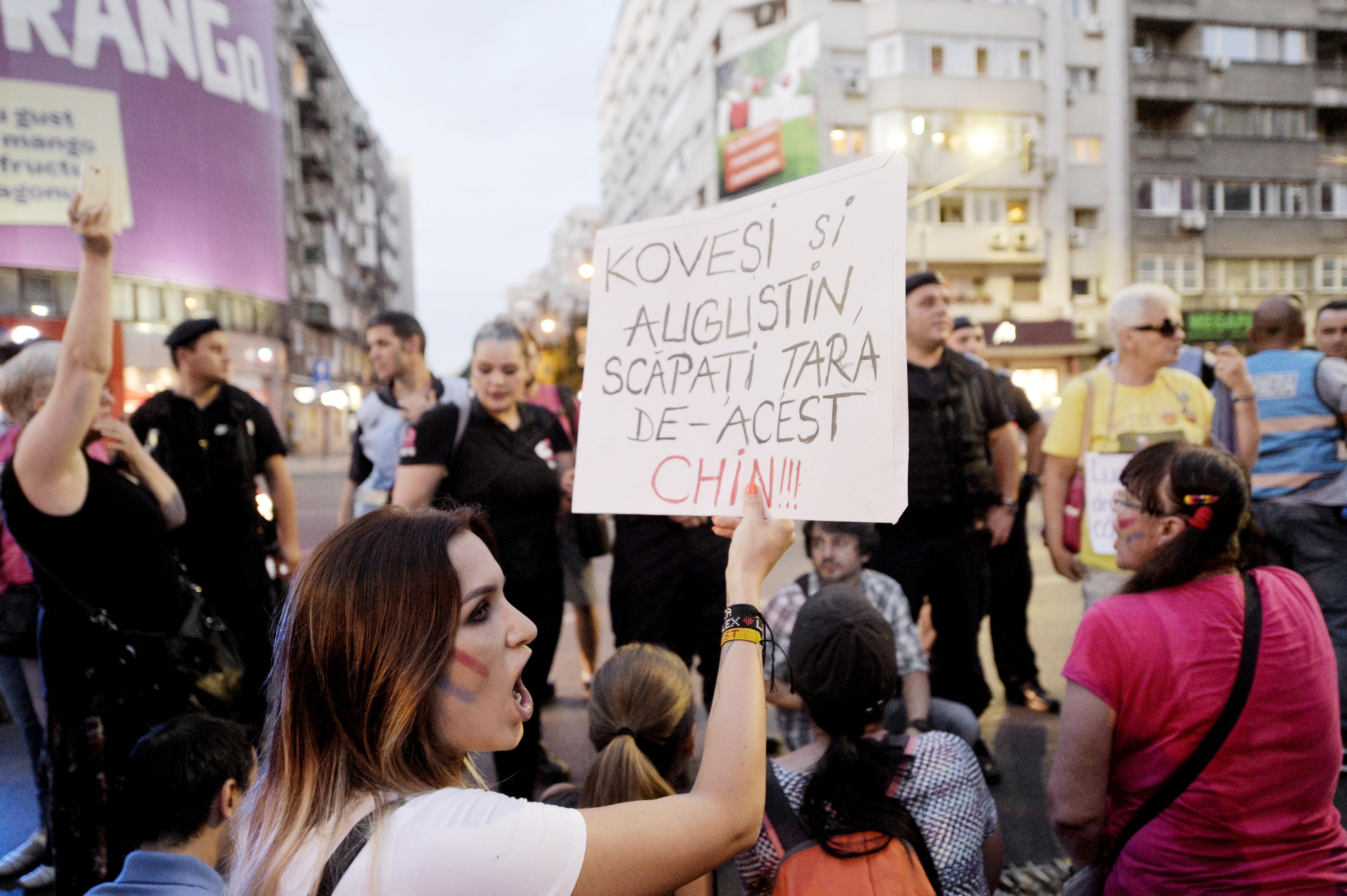 GALERIE FOTO VIDEO Protest în Capitală. Câteva sute de persoane au manifestat la sediul DNA