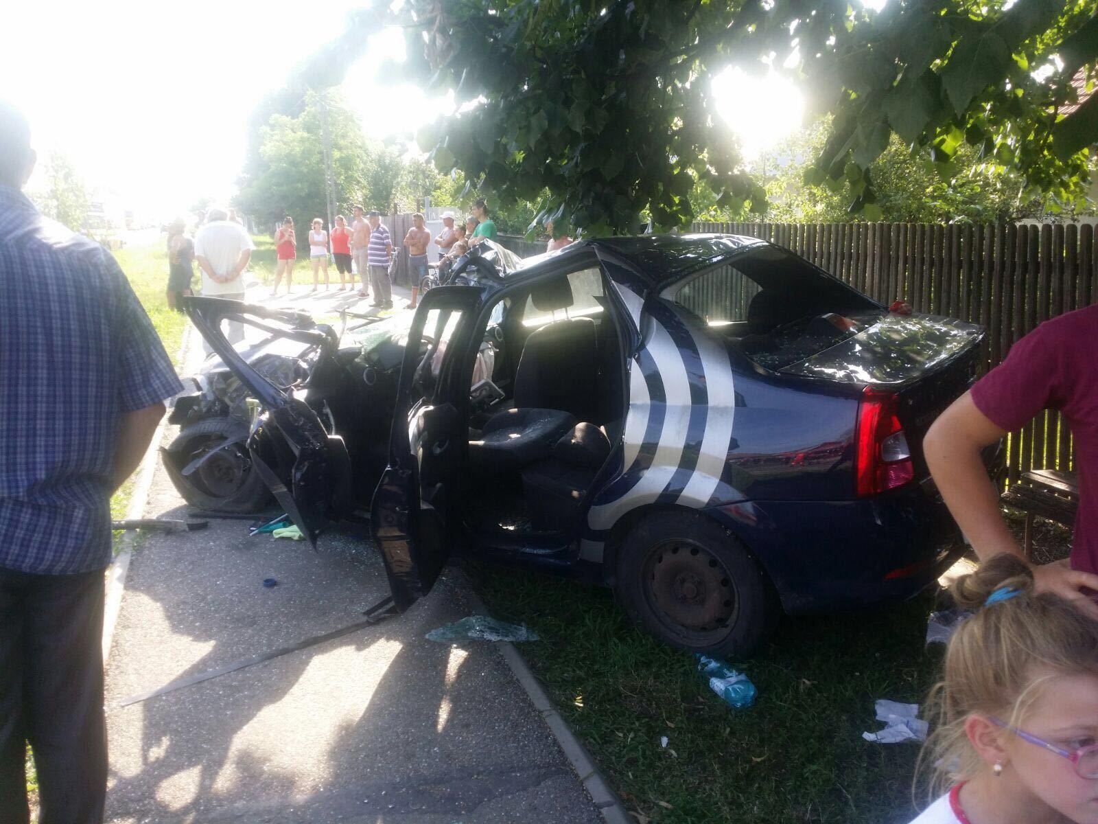 Cinci persoane sunt rănite grav, în urma impactului dintre două autoturisme şi un TIR în Prahova. Traficul este blocat - FOTO