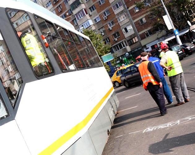 Trafic blocat pe o stradă din Capitală, după ce un şofer şi-a parcat maşina pe linia tramvaielor 5 şi 16