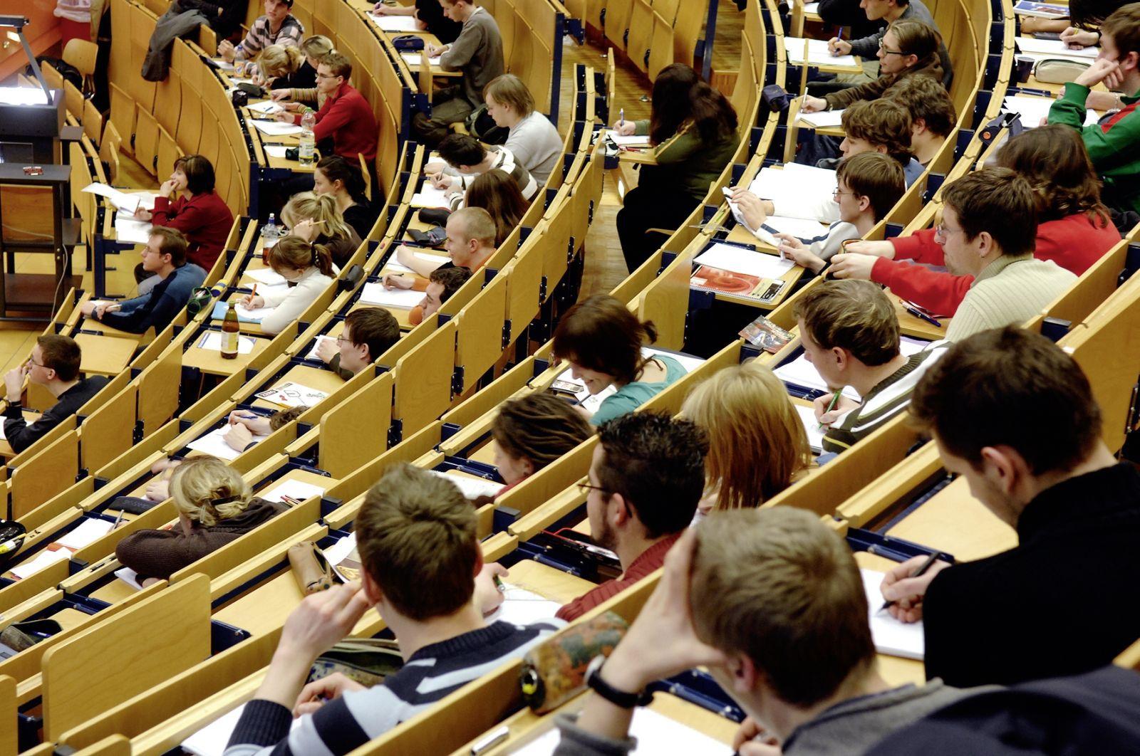 Pop ridică semne de întrebare cu privire la o lege trimisă la promulgare: Calitatea învăţământului universitar, afectată de limitarea la 35 de studenţi la un curs