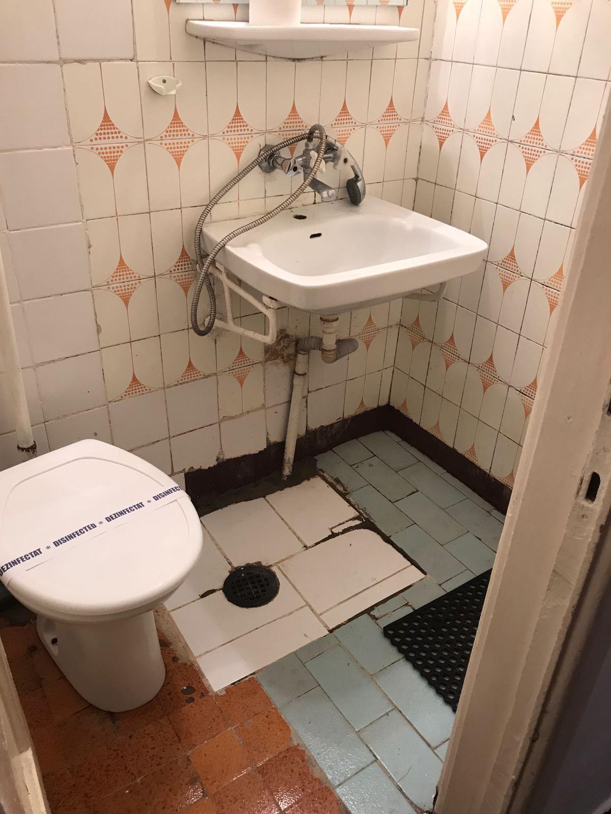 FOTO Saltele şi lenjerii murdare, băi insalubre şi produse alterate, găsite de OPC la trei hoteluri din Eforie
