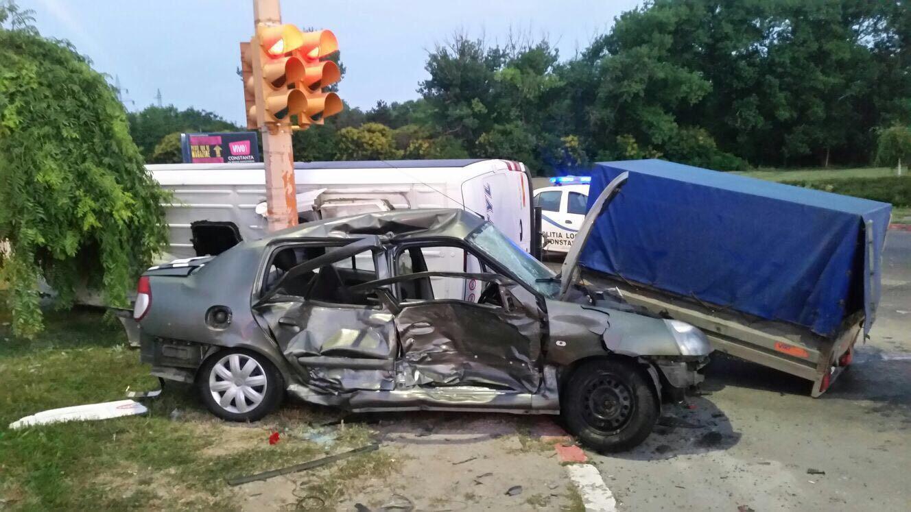 FOTO VIDEO 14 persoane au ajuns la spital după un accident între un microbuz şi o maşină în Constanţa