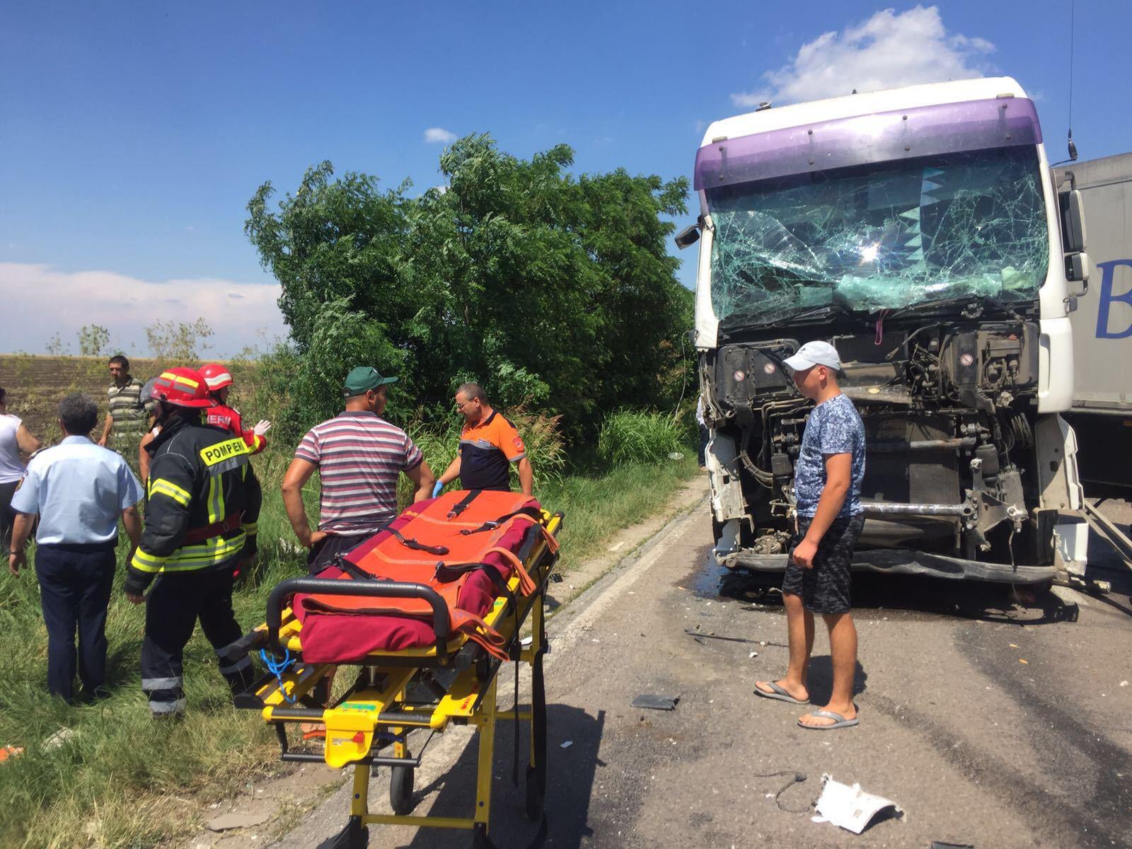 Circulaţie îngreunată pe DE70, judeţul Teleorman, în urma unui accident între două maşini şi un TIR