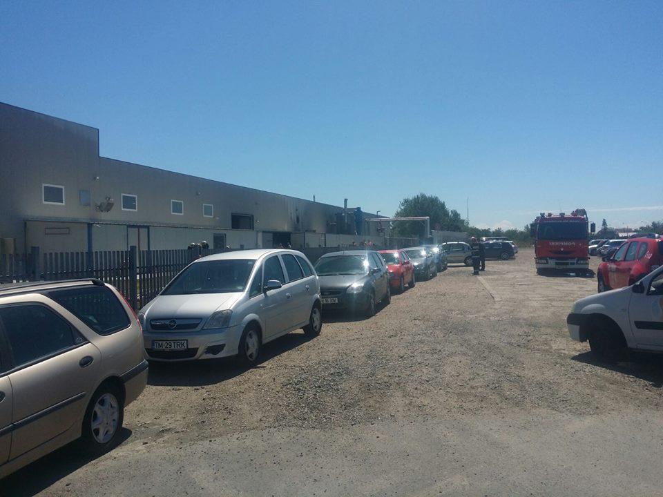 FOTO | INCENDIU cu pericol de explozie, la o fabrică din Timiş: 400 de persoane au fost evacuate