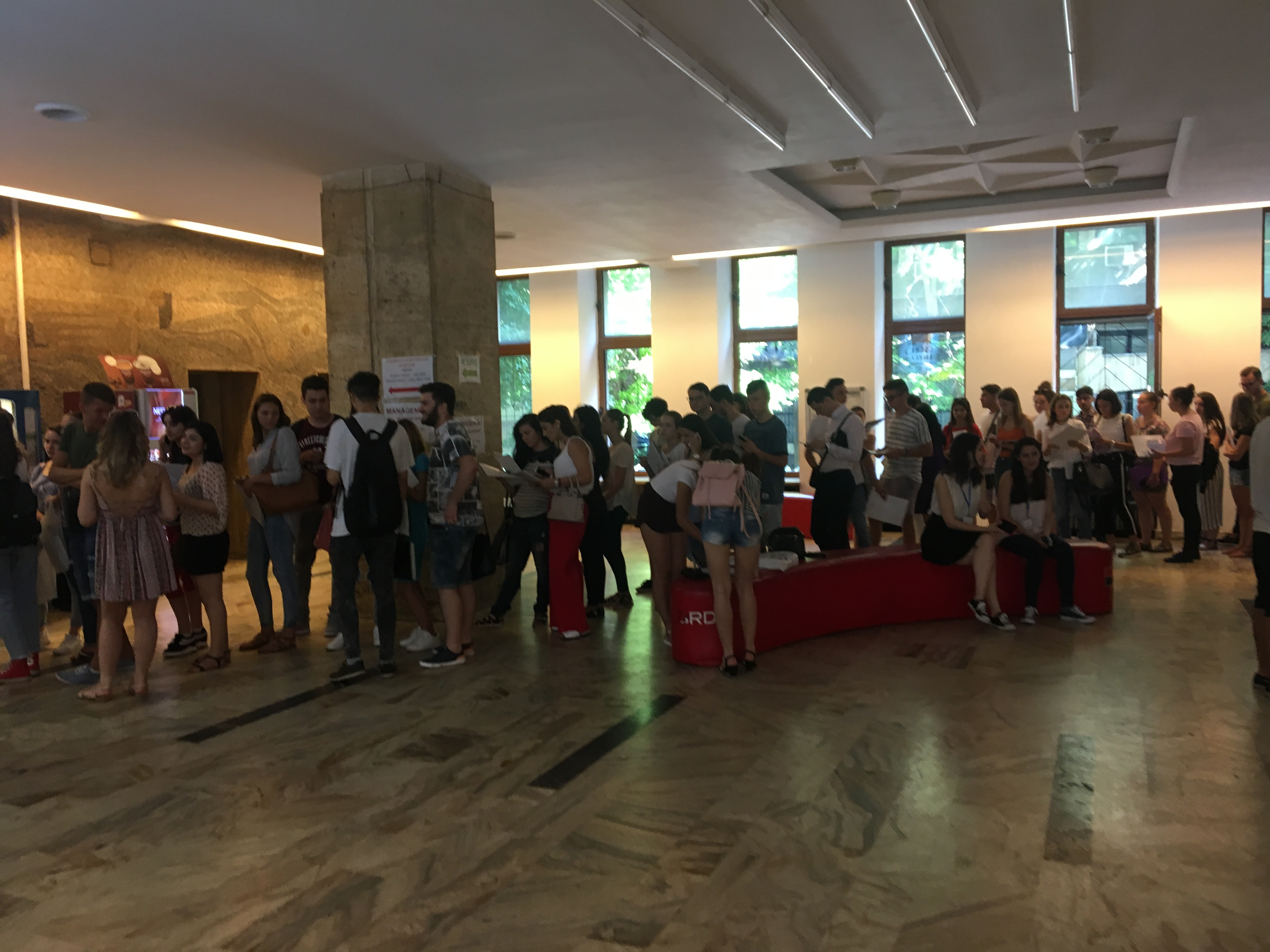 FOTO | Înscrierea la facultate. Mii de candidaţi, la coadă pentru a-şi depune dosarul la ASE, în Bucureşti. Care sunt cele mai căutate facultăţi / Universităţile din Cluj, aproape 10.000 de locuri bugetate, peste jumătate la UBB