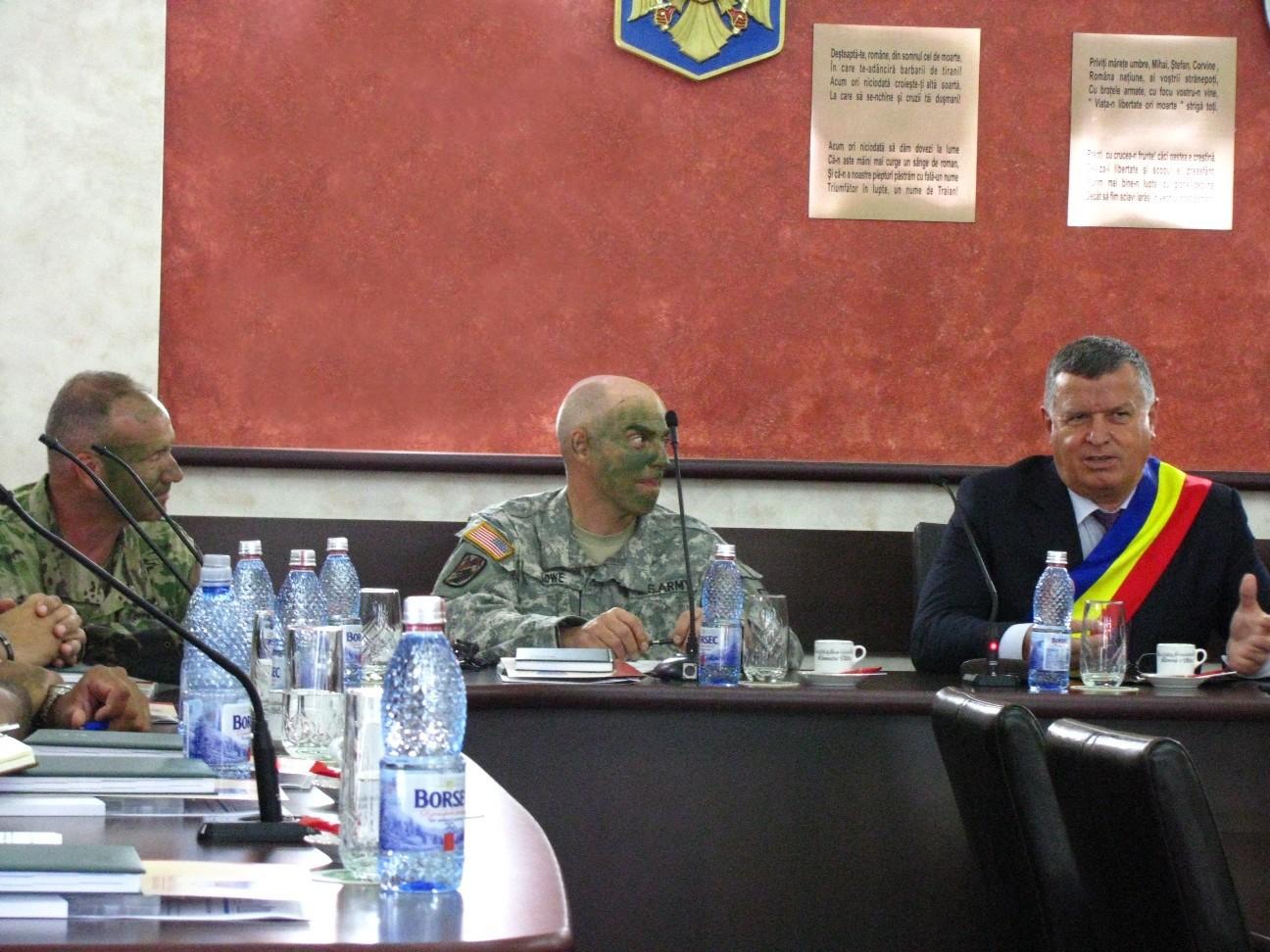 FOTO Soldaţii americani sosiţi la Saber Guardian, la întâlnire cu autorităţile locale din Vâlcea