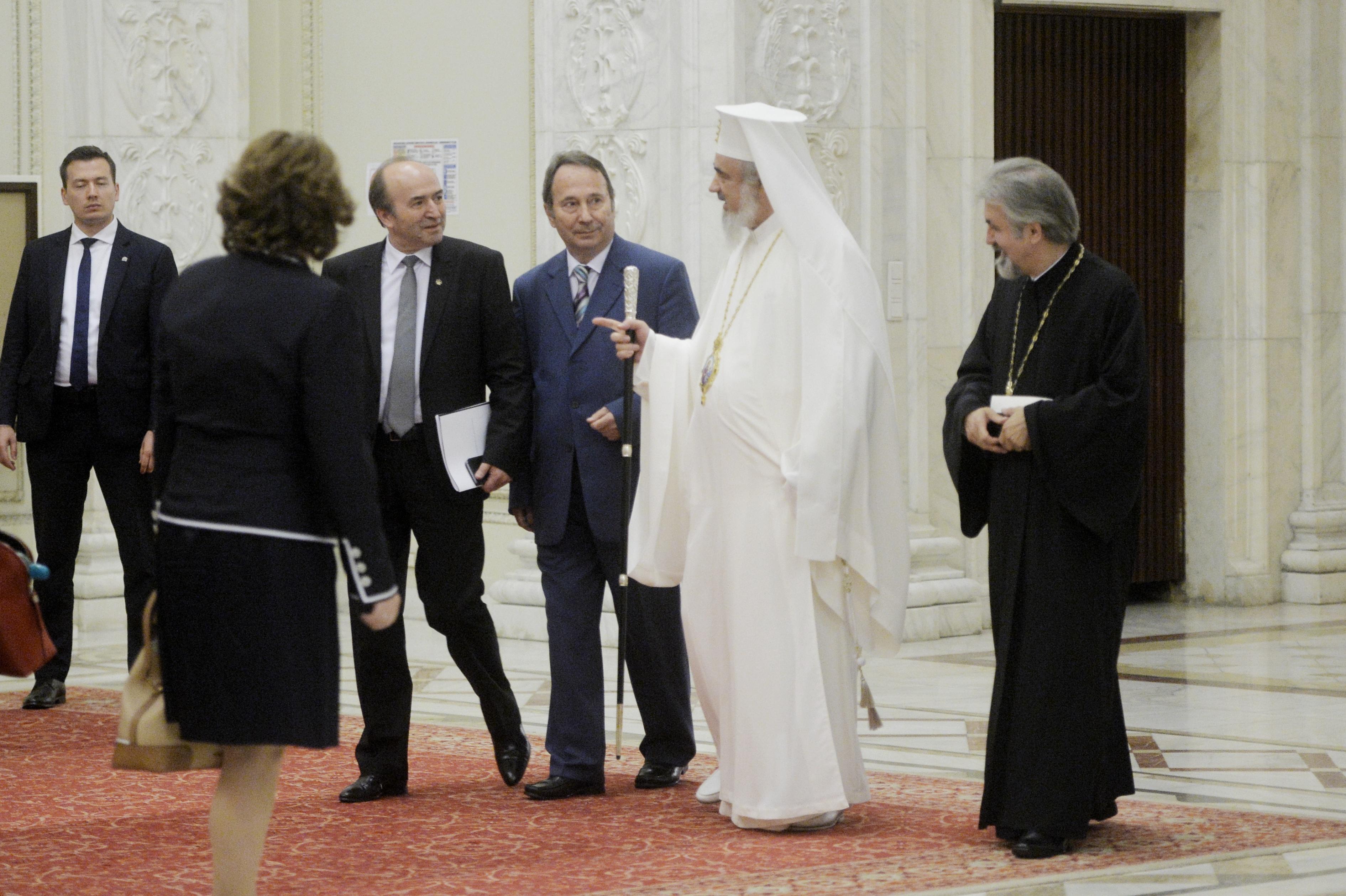 Plan de impozitare a BOR - Ideea consilierului premierului Tudose după o discuţie `la o masă` cu Patriarhul: `Biserica trebuie să înţeleagă şi să aleagă`
