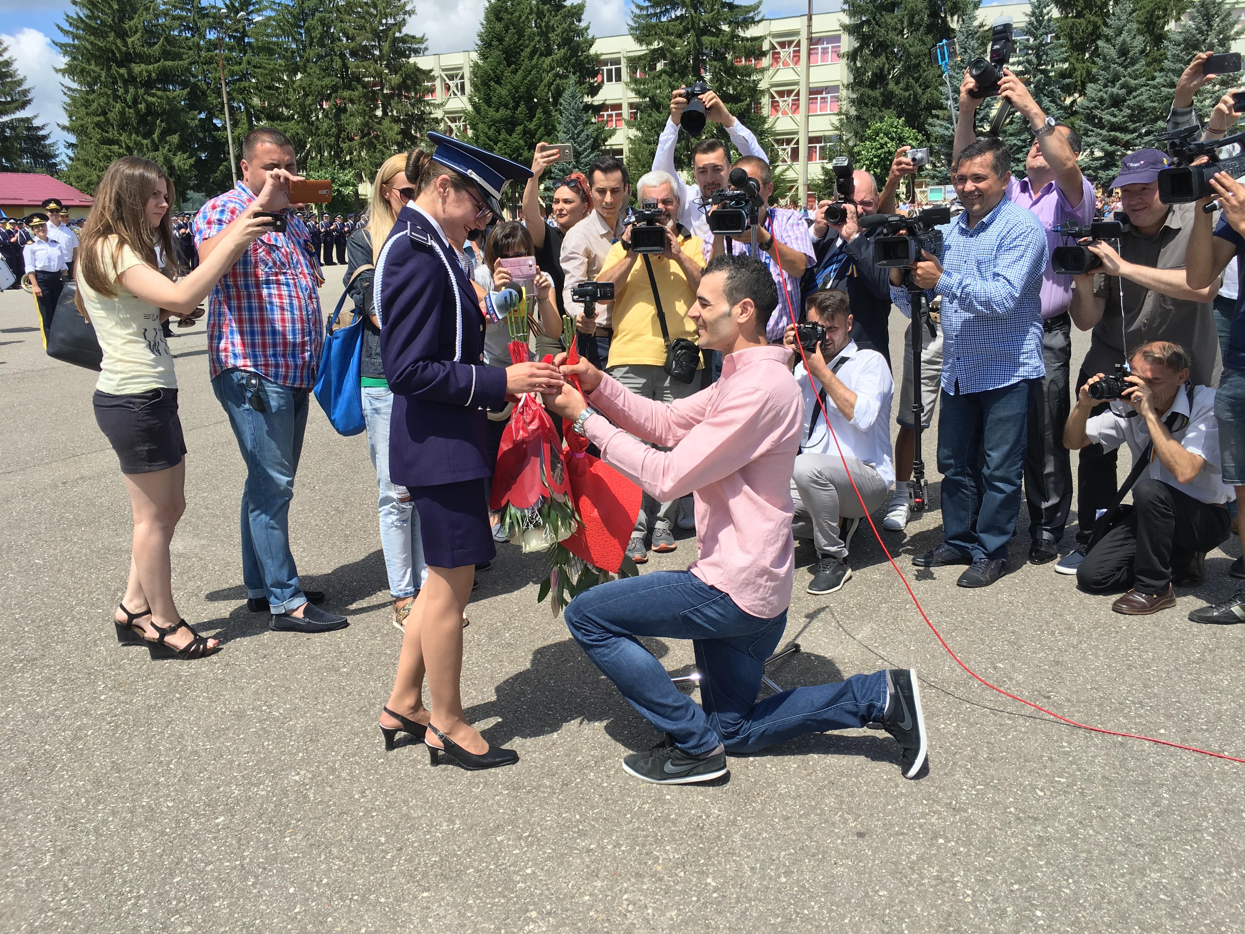 GALERIE FOTO, VIDEO Ministrul Afacerilor Interne, recomandare pentru absolvenţii Şcolii de Poliţie din Câmpina: Nu curge lapte şi miere unde veţi lucra/ Moment emoţionant la finalul ceremoniei: O elevă a fost cerută în căsătorie