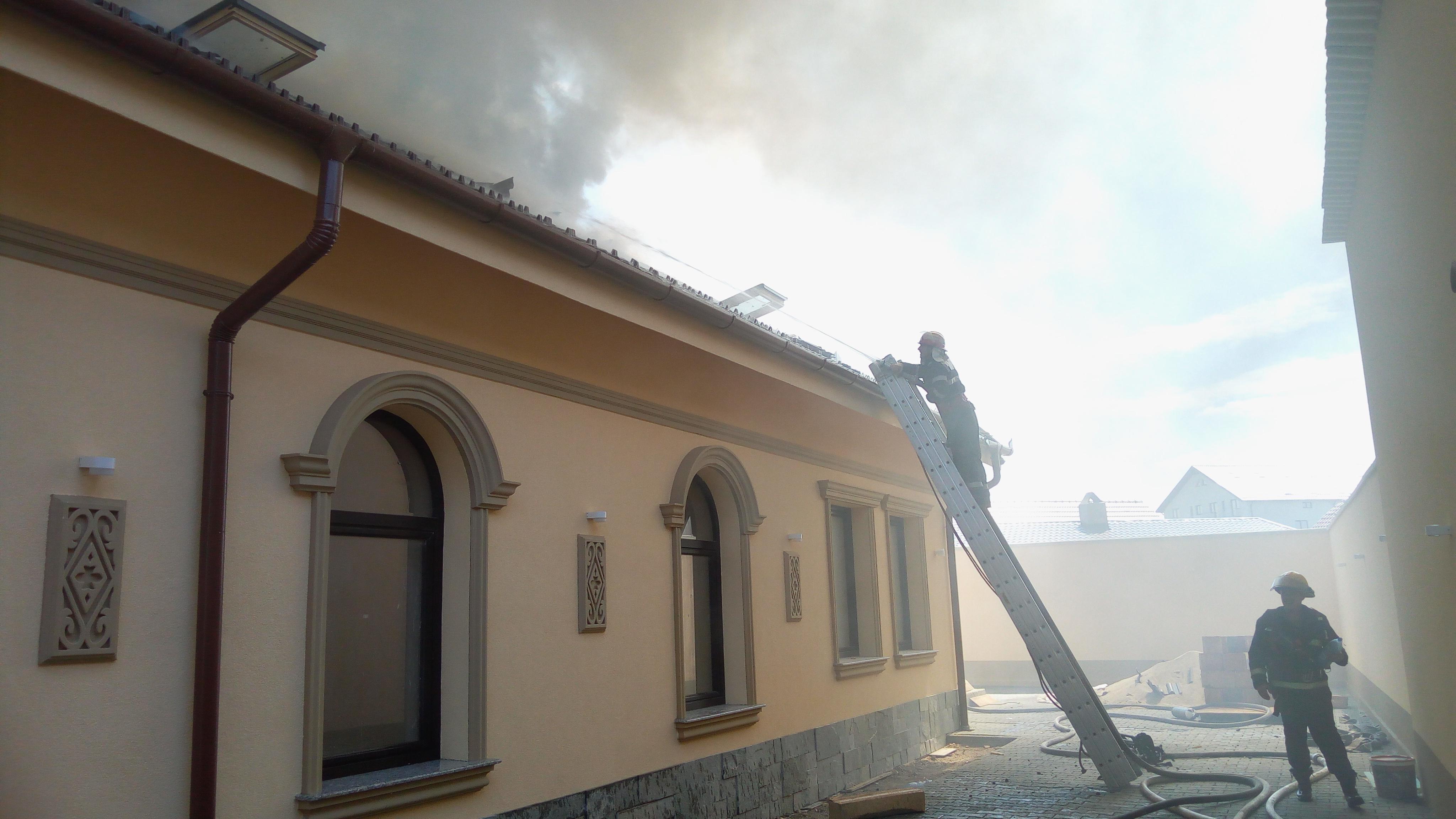 FOTO, VIDEO | Incendiu puternic la o casă funerară din Arad