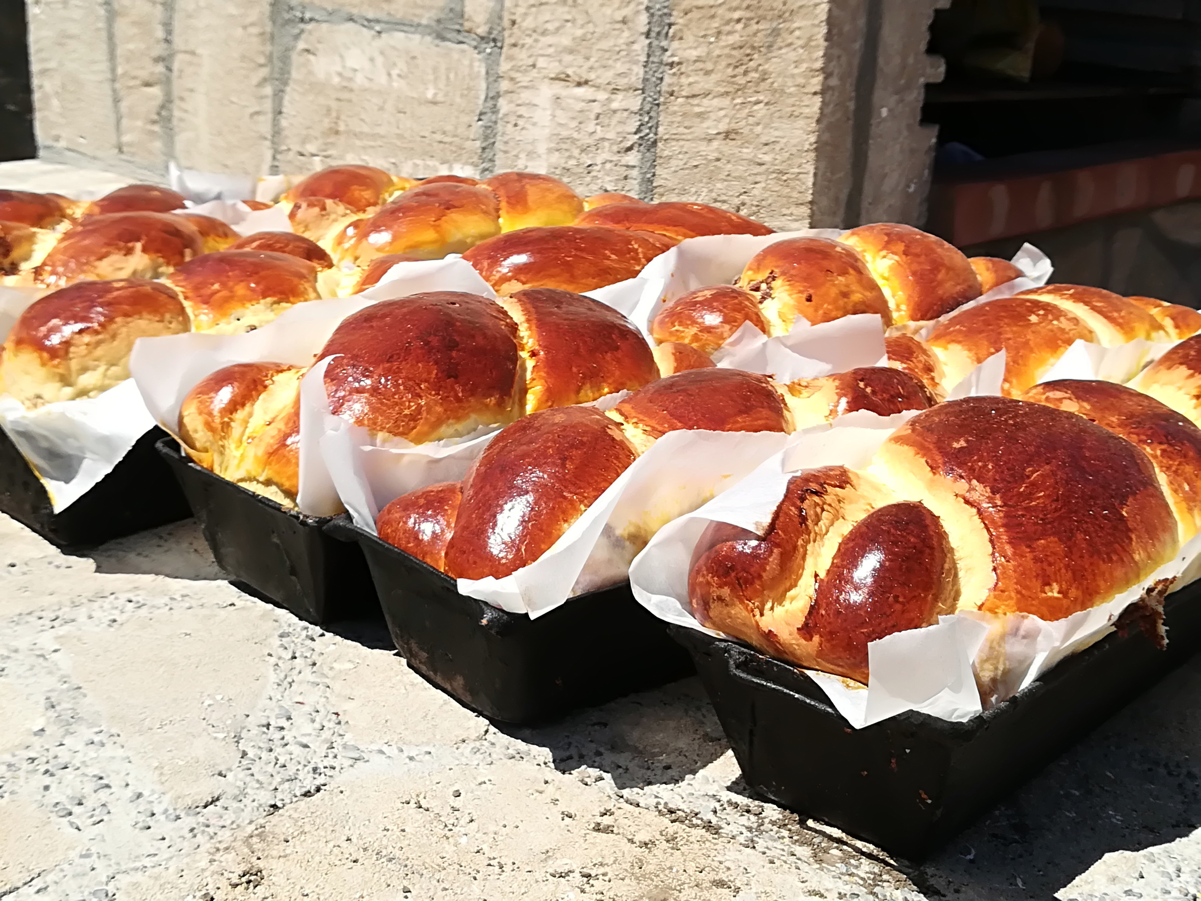 GALERIE FOTO Un cuptor a fost construit în centrul unui sat din Iaşi, unde toată lumea coace pâine şi cozonaci