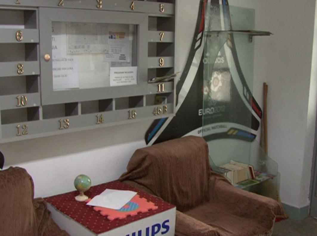 FOTO Un şomer a amenajat o sală de lectură în scara unui bloc din Drobeta Turnu Severin