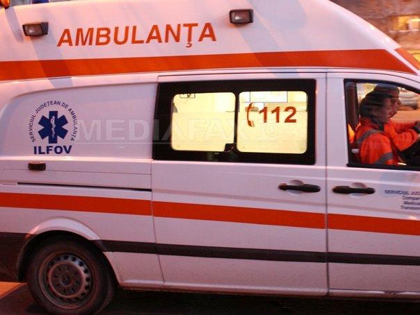 O femeie prinsă sub un autoturism răsturnat în râpă a fost salvată de pompieri după mai bine de 3 ore
