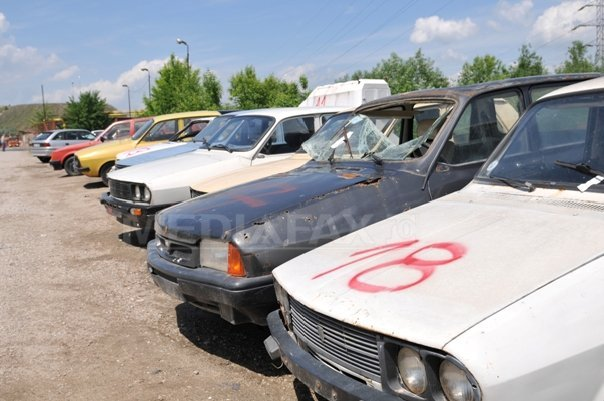 Mai multe maşini casate la un centru Remat au fost distruse într-un incendiu extins de la vegetaţia uscată