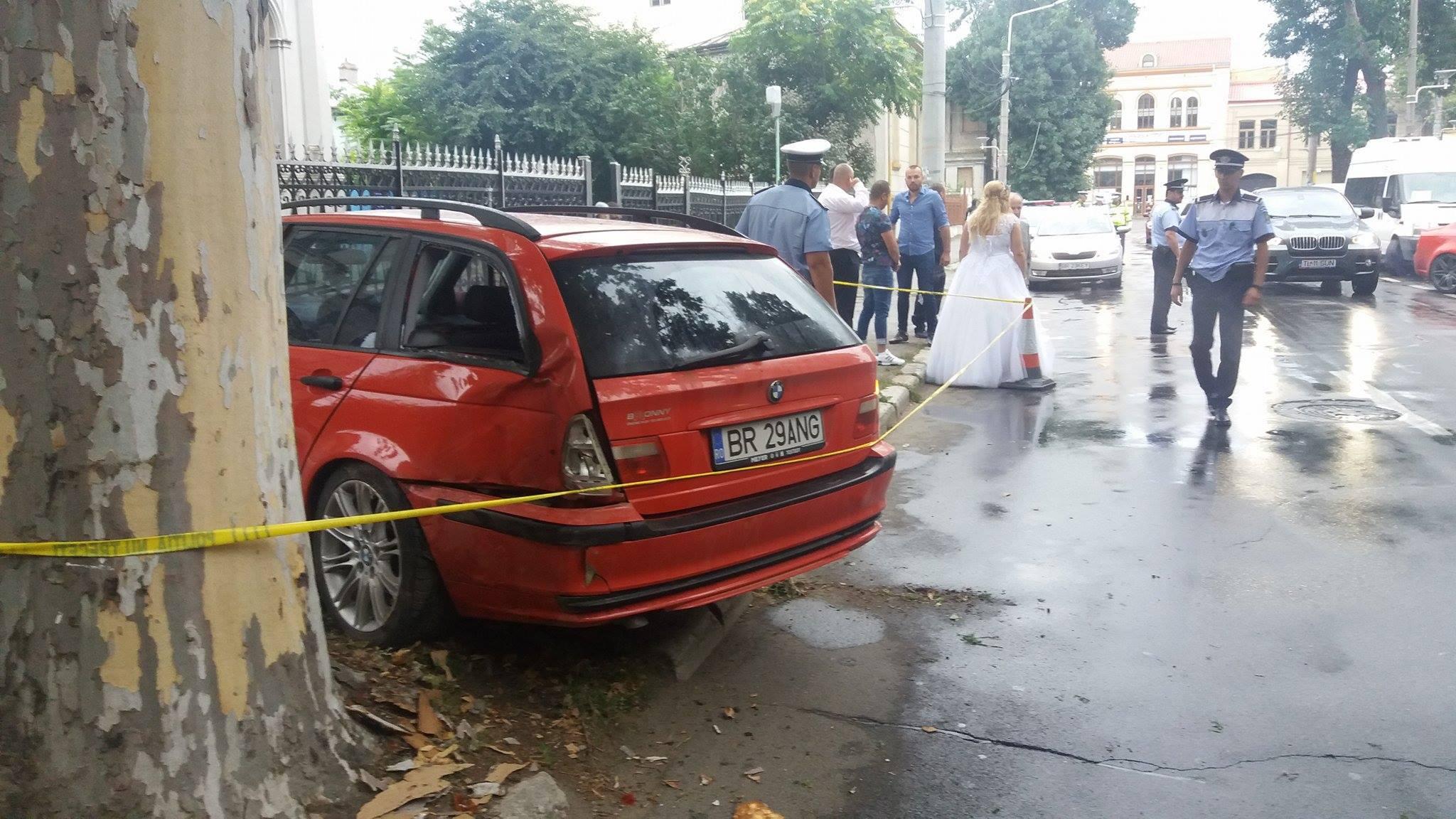 Brăila: Şoferul maşinii care a intrat într-un grup de nuntaşi s-a predat