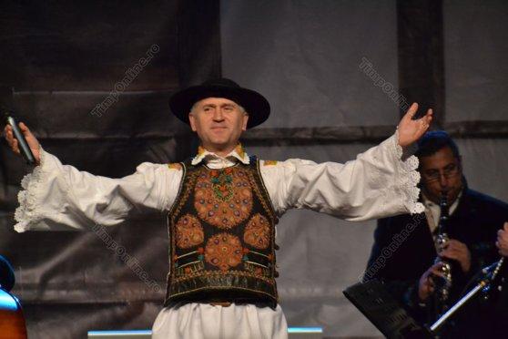 """Imaginea articolului Preotul Pomohaci, implicat într-un scandal sexual cu minori, a cântat pe scenă la zilele unei comune din Bihor: """"Pentru că prea iubesc sunt judecat, să ştiţi"""". Slujitorul Bisericii, escortat la eveniment de poliţişti"""