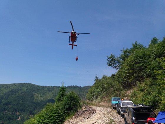 Imaginea articolului Intervenţie extrem de dificilă, la un accident în Munţii Ţibleşului: Medicul şi rănitul, preluaţi cu troliul de elicopterul SMURD şi transportaţi în afara acestuia până a putut ateriza în siguranţă