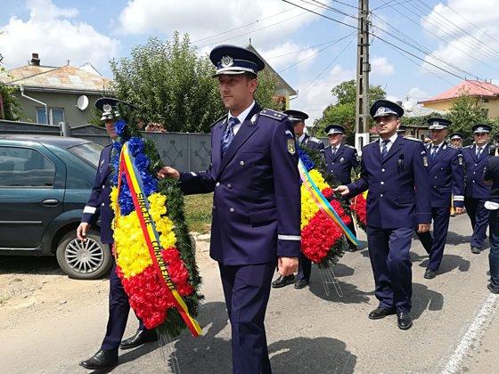 Imaginea articolului FOTO, VIDEO | Poliţistul ucis în gara din Brudujeni a fost înmormântat cu onoruri militare: Peste 2.000 de persoane, între care şi ministrul Carmen Dan, l-au condus pe ultimul drum
