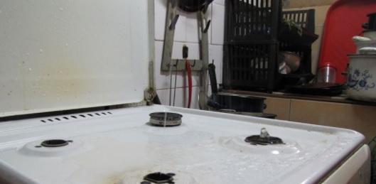 Imaginea articolului VIDEO | Aragazul din care iese apă. Proprietar: Încă nu se aprinde apa furnizată prin conducta de gaz / Cum a racordat greşit conductele un muncitor din Cluj