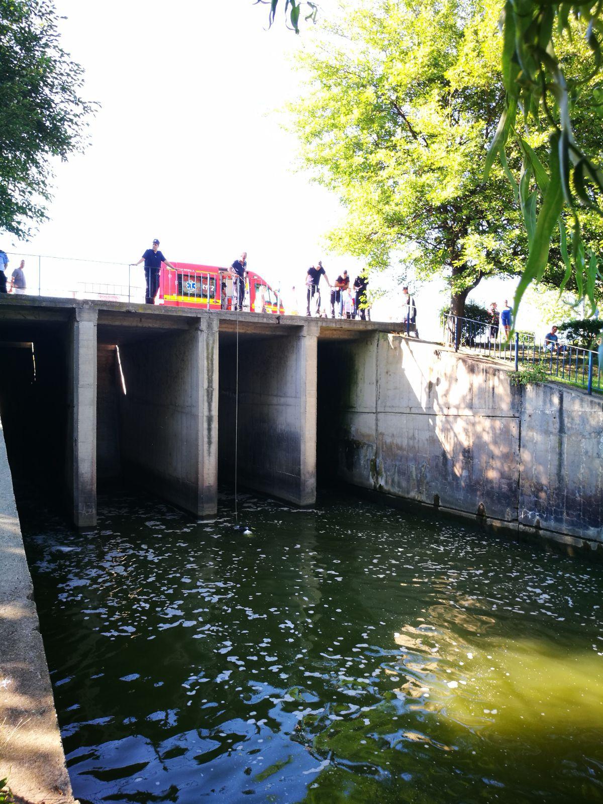 Un bărbat a murit după ce a sărit în lacul Colentina. Scafandrii l-au găsit la 20 de metri de baraj