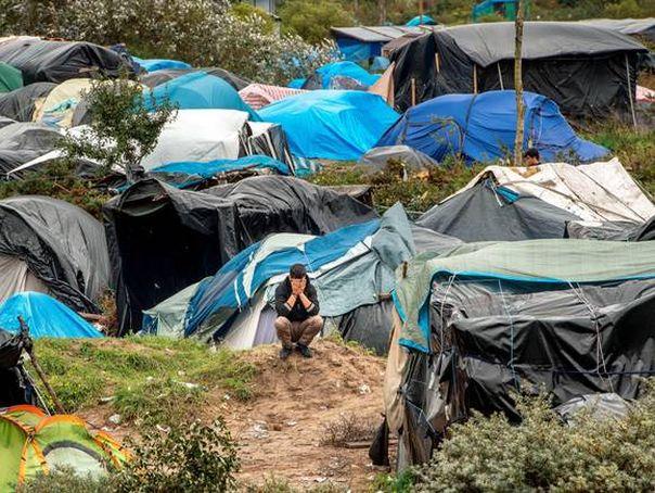Tabără improvizată la marginea Timişoarei, creată de peste 40 de refugiaţi din Siria şi Irak. Poliţiştii i-au dus la audieri