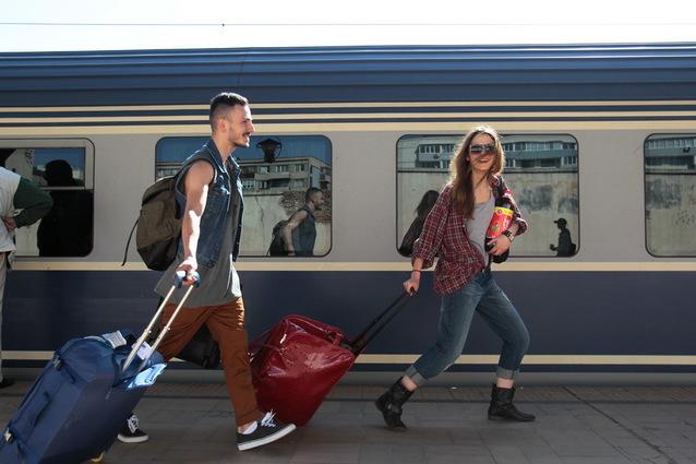 Coduri de CANICULĂ în România: Viteza trenurilor va fi redusă cu 20-30 km din cauza temperaturilor ridicate/ Posibile restricţii de circulaţie auto în perioada 2-3 august