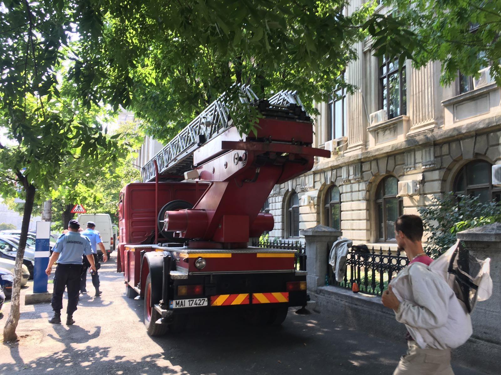 Incendiu pe acoperişul Universităţii Dimitrie Cantemir din Capitală