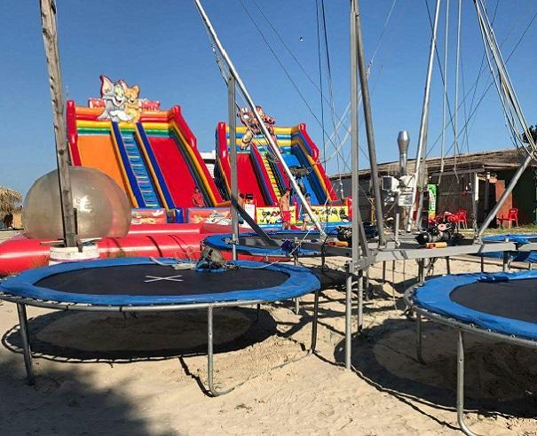 FOTO, VIDEO | Toate spaţiile de joacă de pe litoral, verificate după ce corzile unei trambuline elastice s-au rupt cu un copil. `Acesta a căzut şi a intrat în panică`