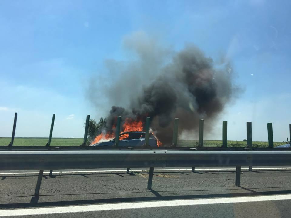 Maşină în flăcări pe Autostrada Soarelui. Nicio persoană nu a fost rănită
